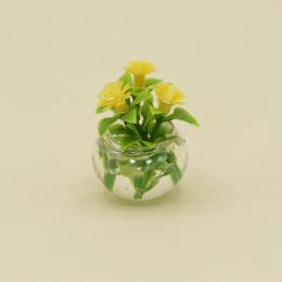 Желтые цветы для кукол в круглой вазе