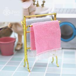 Металическая вешалка с полотенцами для кукол